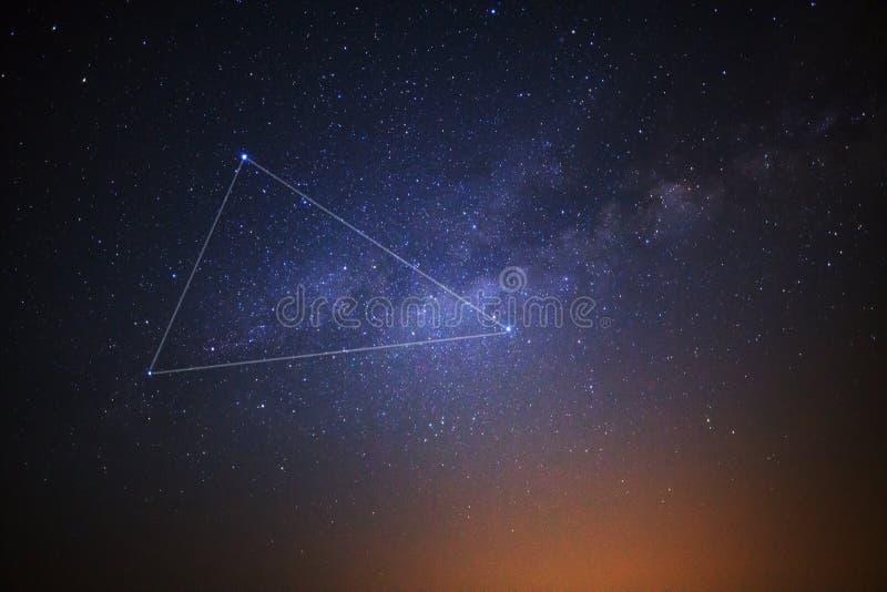 Triângulo e Via Látea do verão fotos de stock