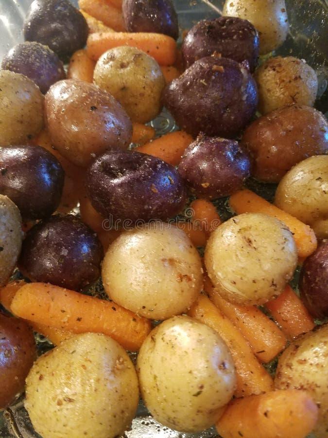 Tri patatas y zanahorias del color imagen de archivo libre de regalías