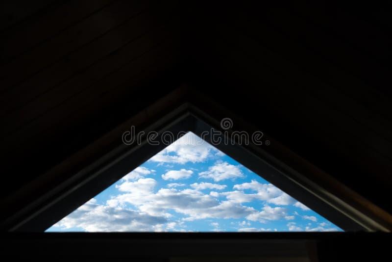 Triangelfönster av himlen royaltyfria bilder
