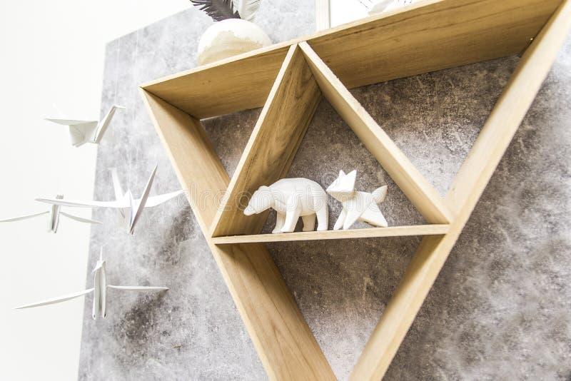 Triangelhylla med pappers- djur arkivfoto