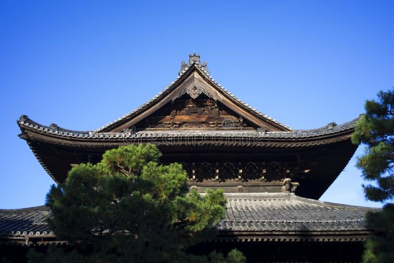 Triangeltaköverkant av den japanska templet royaltyfria bilder
