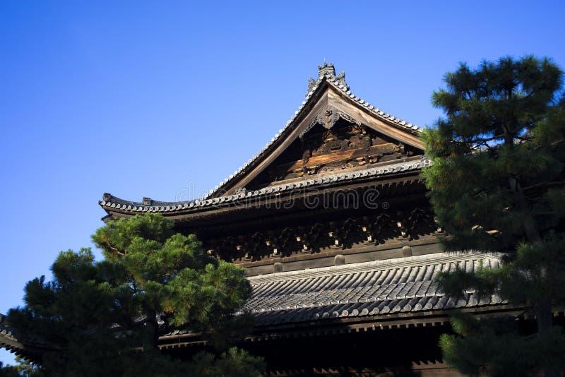 Triangeltaköverkant av den japanska templet royaltyfri fotografi