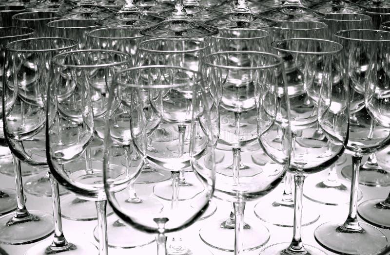 Triangolo delle file vuote di vetro di vino per avere un sapore sistemato ad una manifestazione del vino immagini stock