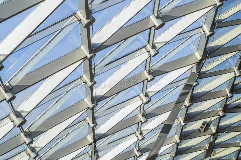 Triangulär modell av genomskinligt exponeringsglas av ett modernt tak Strålar av aftonsolen arkivbilder