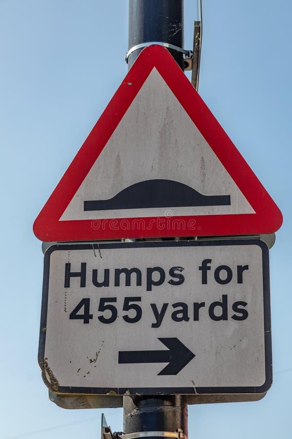 Triangulär varning för gatatecken av vägknölar Widnes April 2019 royaltyfri foto
