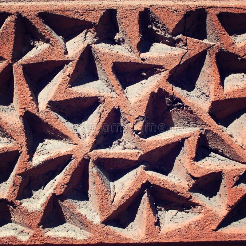 Triangulära spår i betongväggen close upp arkivbilder