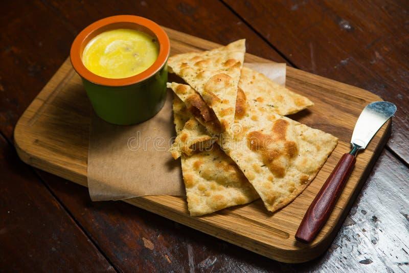 Triangulära stycken av tortillan med pâté och sås royaltyfria foton