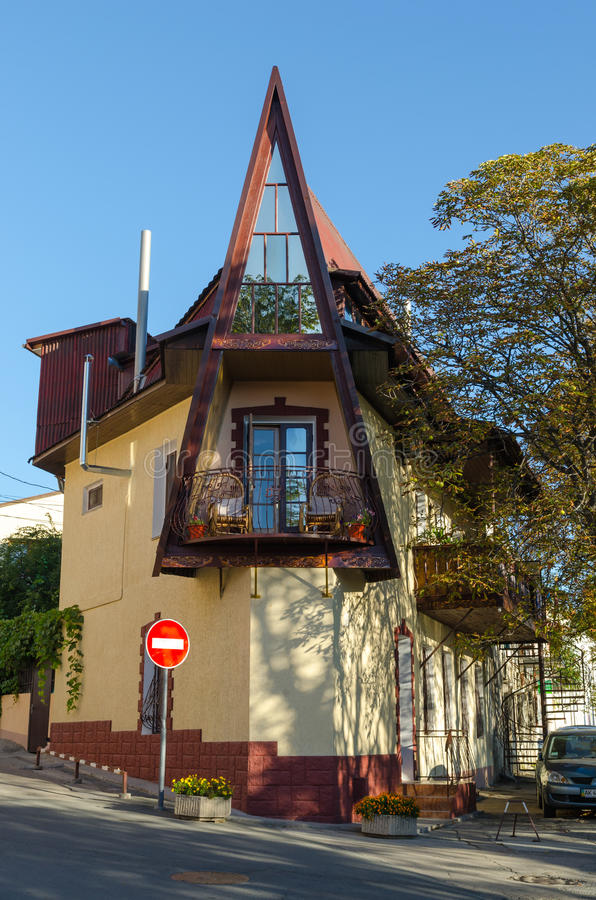 Triangulärt hus i Alushta royaltyfri foto