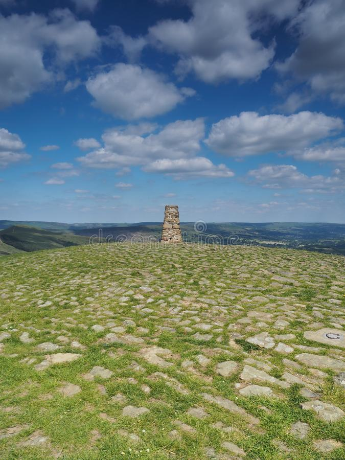 Triangulationspunkt auf Mam-Felsen, der Edale-Tal mit weißen Wolken, Höchstbezirk, Großbritannien übersieht stockfoto
