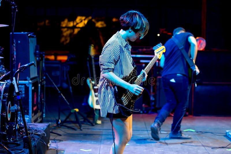 Triangulo de阿莫尔Bizarro带在音乐会执行在Dcode音乐节 库存图片