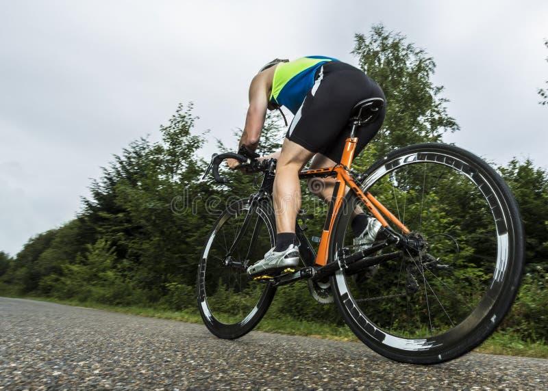 Triathlete στην ανακύκλωση στοκ φωτογραφία με δικαίωμα ελεύθερης χρήσης