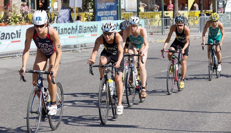Triathlete Сара верно водя группу в составе велосипедисты стоковое фото rf