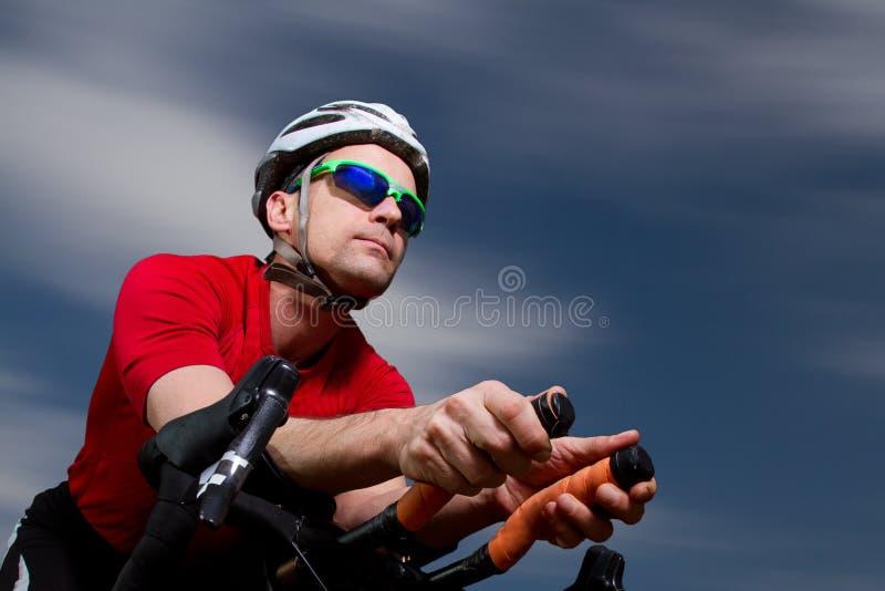 Triathlete en la bicicleta fotografía de archivo libre de regalías