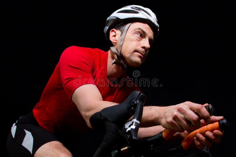 Triathlete en una bicicleta foto de archivo libre de regalías