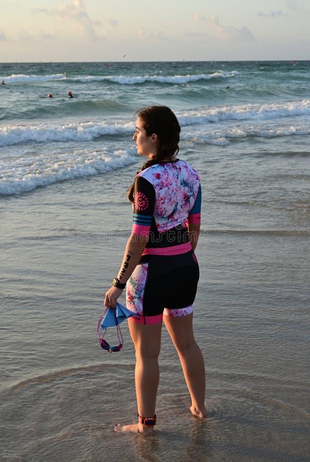 Triathlete femenino joven en el Triathlon del sur de la playa 2019 fotos de archivo libres de regalías