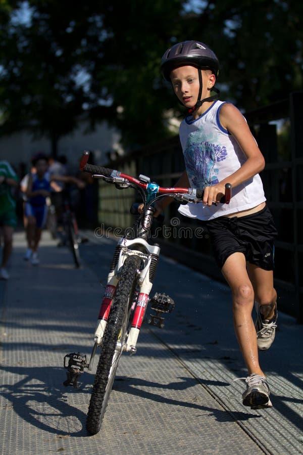 Triathlete muito novo. fotos de stock royalty free