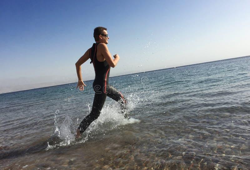 Triathlete professionale che pratica in open water Immersione in mare fotografia stock libera da diritti