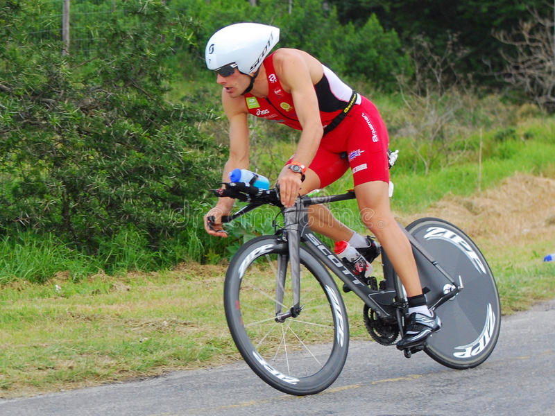 Triathlete professionnel de recyclage photo stock
