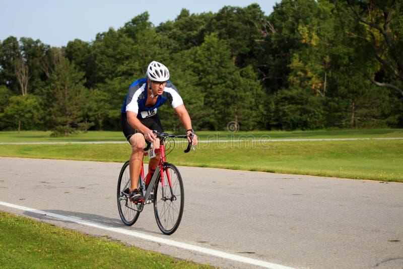 Triathlete Radfahren stockbilder