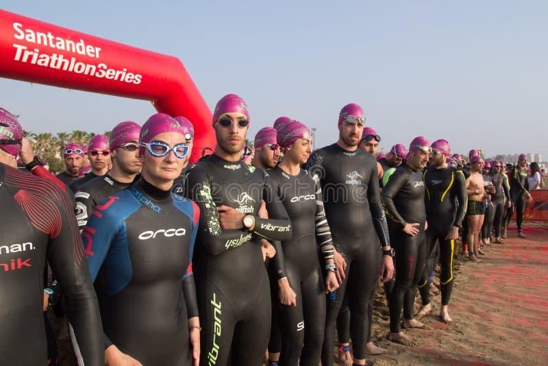 Triathletes attendant pour commencer photographie stock