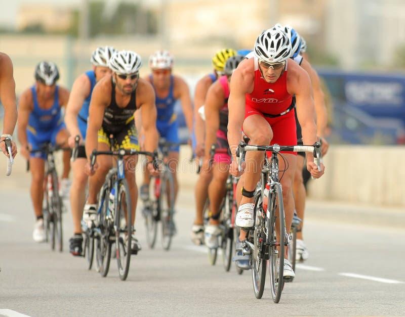 Triathletes auf Fahrradereignis stockfotos