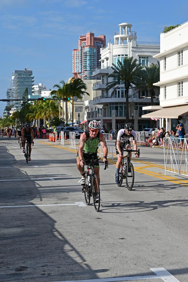 Triathletes em um segmento bicycling do Triathlon sul da praia 2019 fotografia de stock royalty free