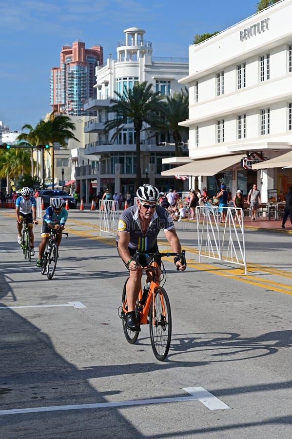 Triathletes em um segmento bicycling do Triathlon sul da praia 2019 foto de stock royalty free