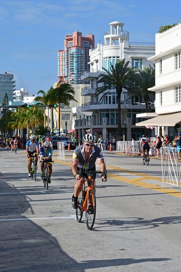 Triathletes em um segmento bicycling do Triathlon sul da praia 2019 fotografia de stock