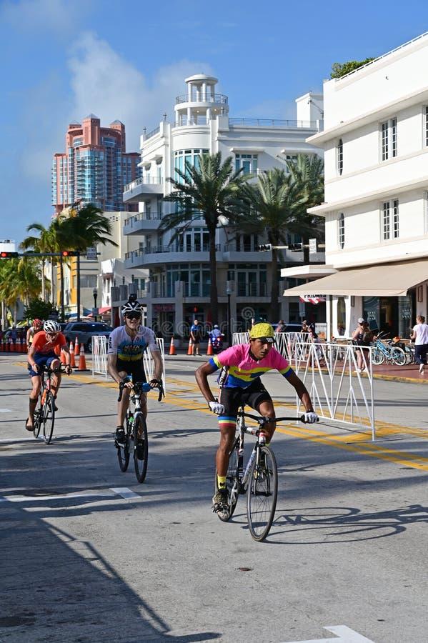 Triathletes em um segmento bicycling do Triathlon sul da praia 2019 fotos de stock royalty free