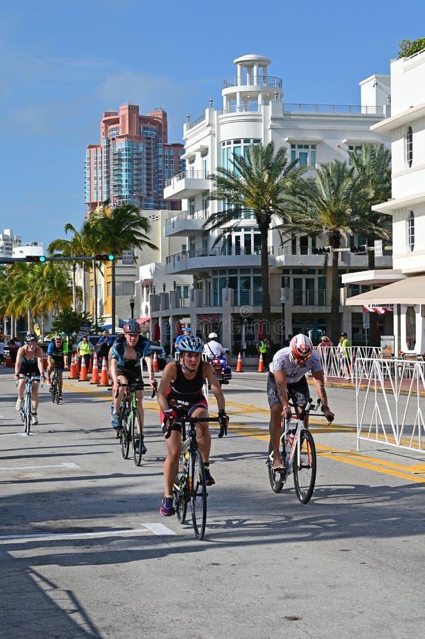 Triathletes em um segmento bicycling do Triathlon sul da praia 2019 imagem de stock