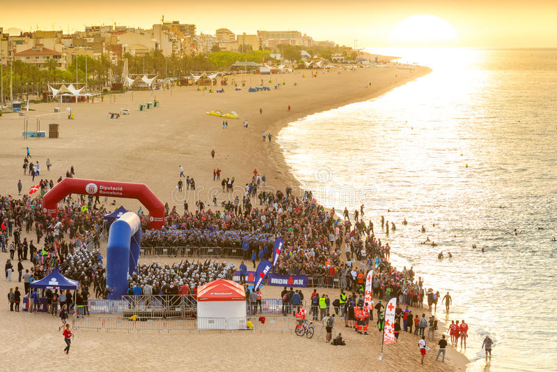 Triathletes en la playa en el comienzo de la competencia del triathlon de Ironman imagen de archivo