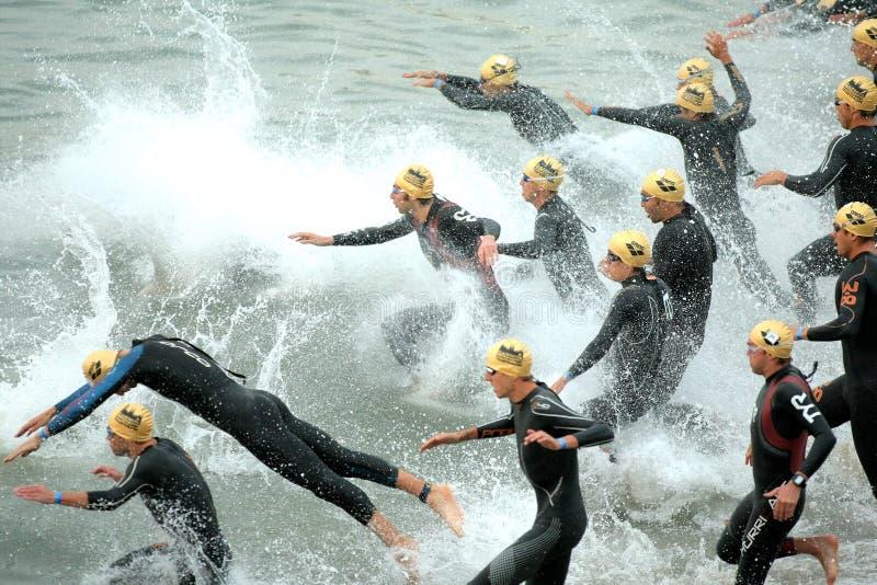 Triathletes sull'inizio del Triathlon fotografia stock