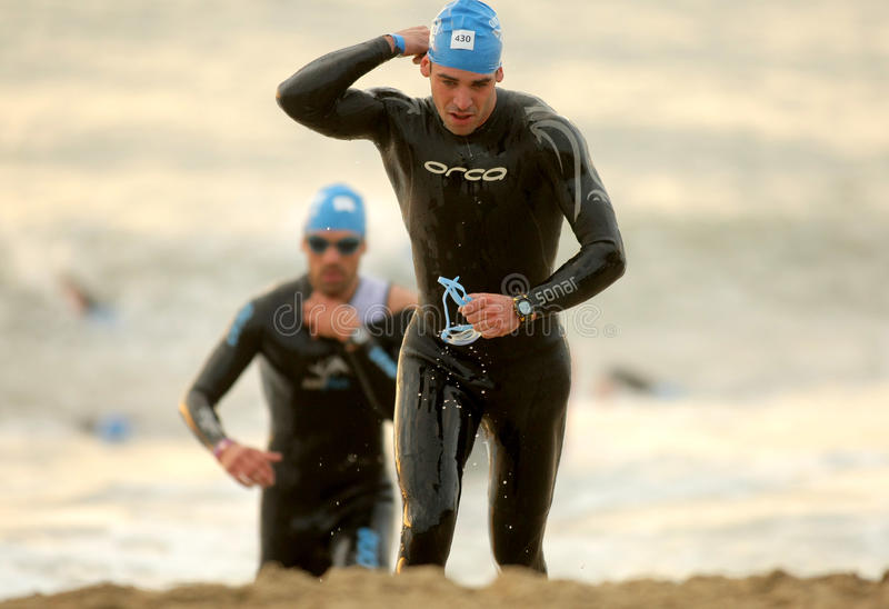 Triathletes sur l'événement de natation images stock
