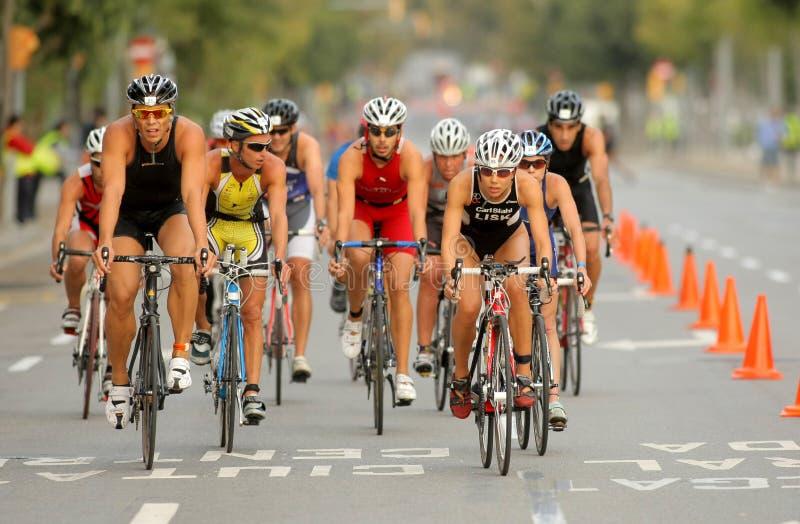 Triathletes sur l'événement de vélo image stock