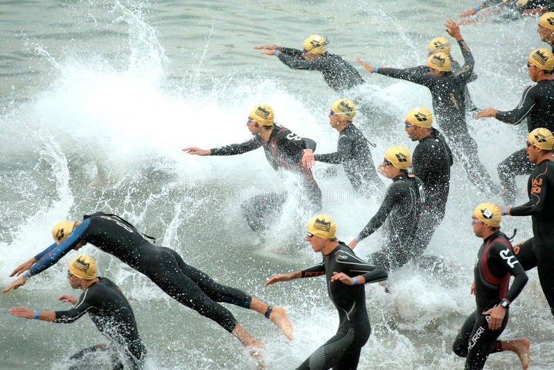 Triathletes sur le début du Triathlon photo stock