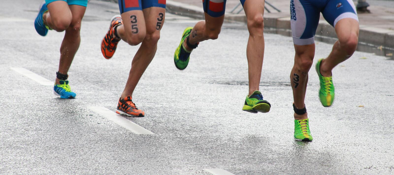 Triathlonfot och ben fotografering för bildbyråer