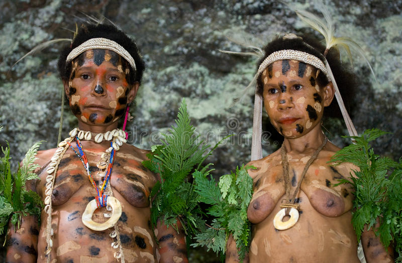 Tribù di Yaffi delle donne nella coloritura tradizionale Isola della Nuova Guinea fotografia stock libera da diritti