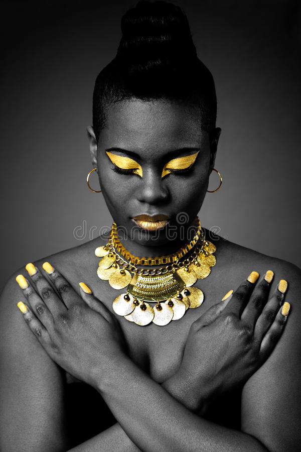 Tribal africano no ouro foto de stock
