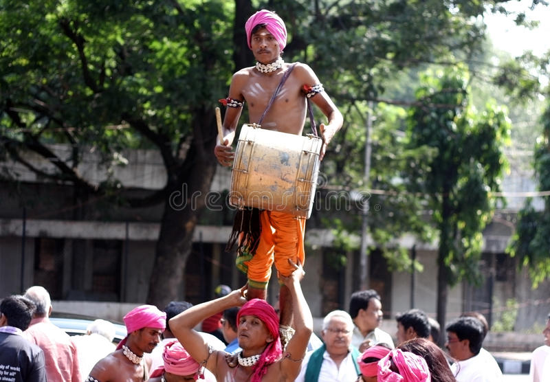 Download Tribals utför dappudans redaktionell fotografering för bildbyråer. Bild av instrument - 37347444