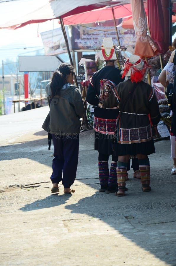 Tribo de Akha que vende o produto um nativo imagens de stock royalty free