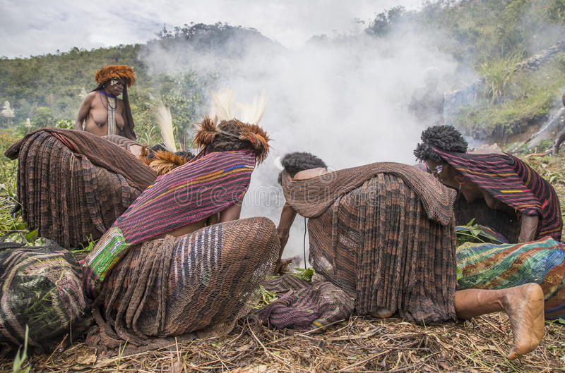 Tribo de Dani que cozinha a tradição imagens de stock royalty free