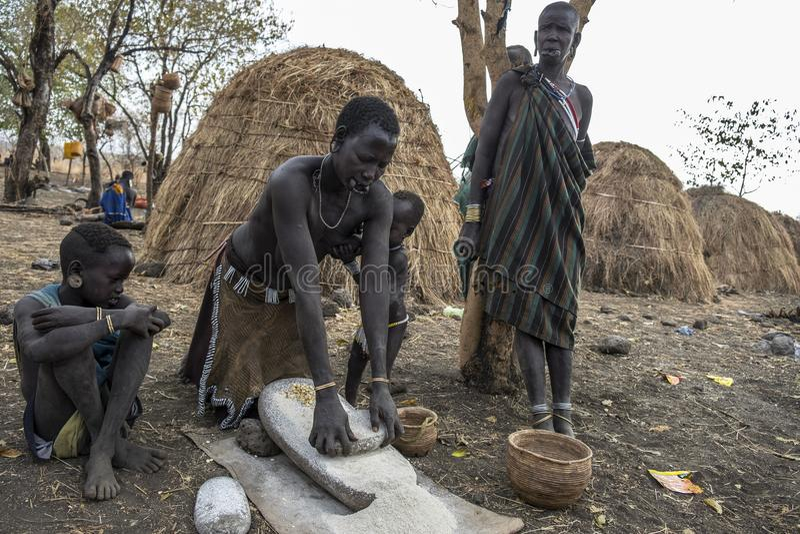Tribo de Mursi em Omorate, Etiópia foto de stock royalty free