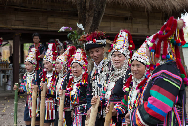 Tribo do monte do akha de Tailândia que canta a mostra tradicional da música para o touri imagens de stock royalty free