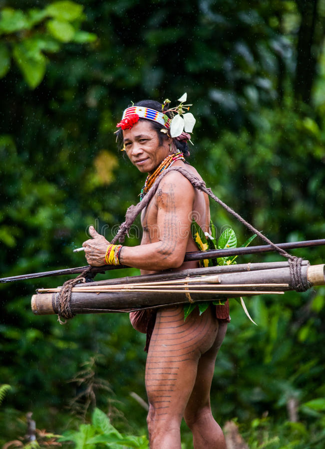 Tribu de Mentawai d'homme dans la jungle photographie stock