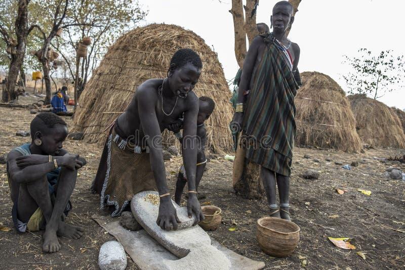Tribu de Mursi dans Omorate, Ethiopie photo libre de droits