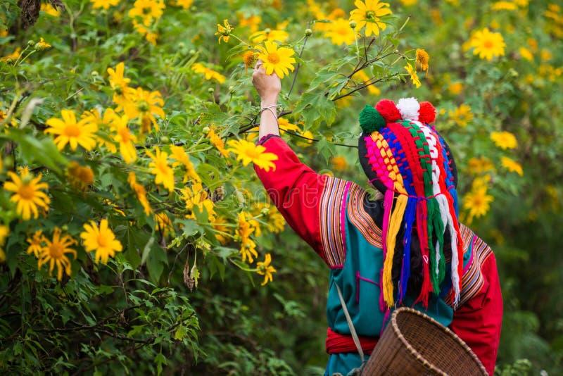 Tribu locale de colline dans la robe colorée de costume photos stock
