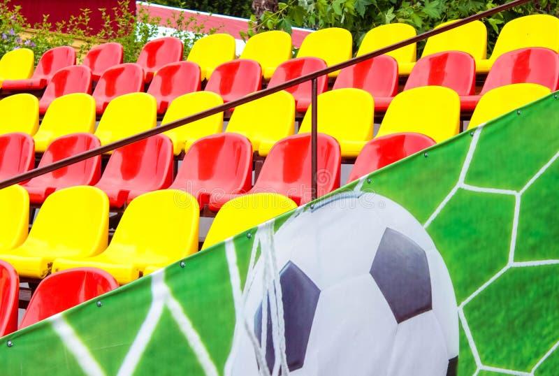 Tribuna com fileiras vermelhas e amarelas foto de stock