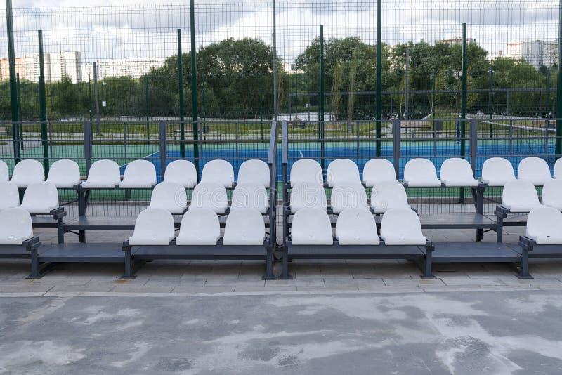 A tribuna de um campo de futebol pequeno imagem de stock royalty free
