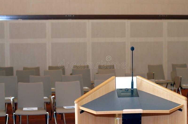 Tribuna nella sala per conferenze fotografie stock