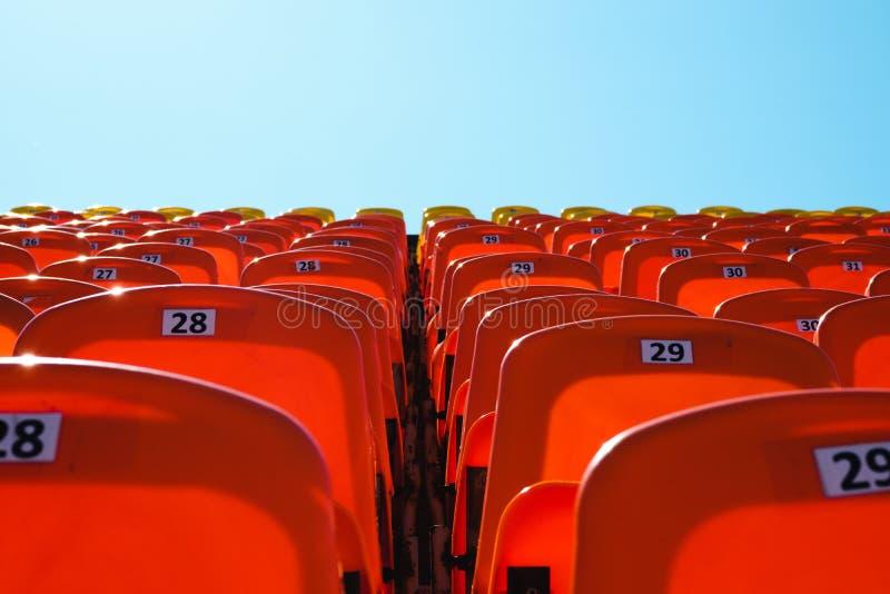 Tribuna para fãs em um dia ensolarado combinação de alaranjado e de azul foto de stock